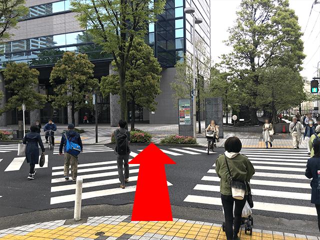 横断歩道を渡っていただき、 写真左上にある会場のビル《武蔵小杉タワープレイス》まで進んでください。