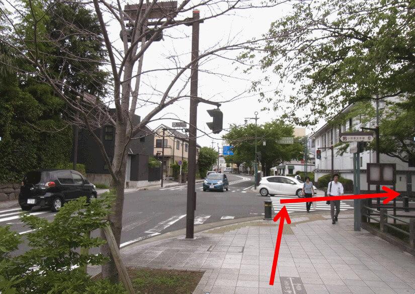 お堀端の交差点「三の丸小学校」をお堀に沿って右折し そのまままっすぐに進む。