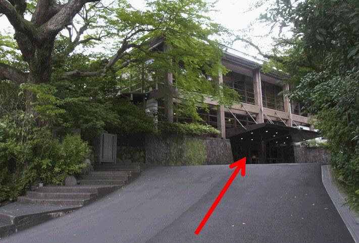 少し直進すると、右側に見える大きな建物「報徳会館」が 会場です。