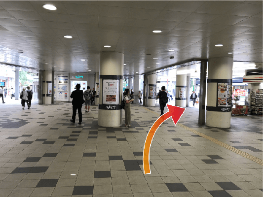 京急川崎駅の改札口をでたら右斜め前に向かって直進します。