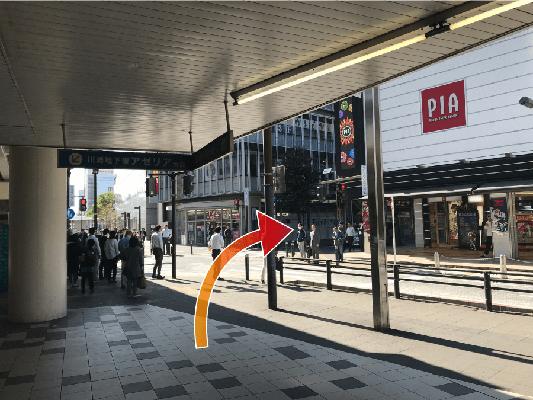 パチンコ屋さんPIAさんのある交差点を右折します。