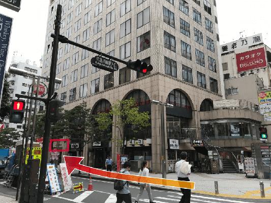 1階の角に魚がし日本一さんがあるビルが川崎駅前ラウンジのビルです。