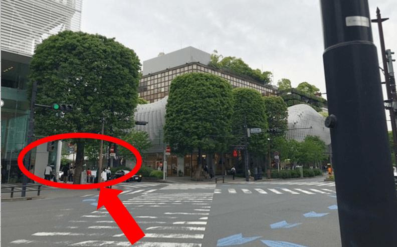 右側に駐輪場が見えてきますので そのまま矢印の方へ進みます