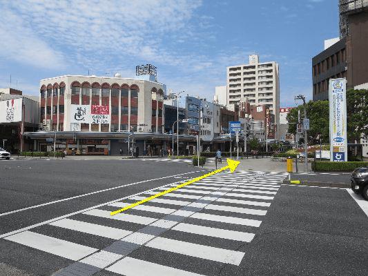 銀行手前の交差点を渡り、本通りを約250メートル直進してください。