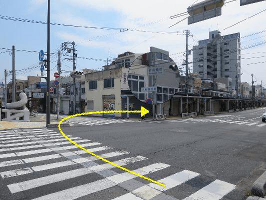 若桜橋南交差点を右折して鳥取駅方面へ約150メートル直進してください。