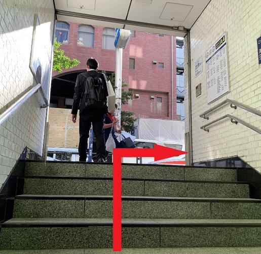 表参道駅「A4」出口を右に出ます。
