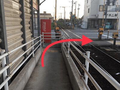 地鉄不二越駅を降りてを右に曲がって下さい。