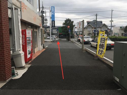 そのまま直進して頂くと左手に「東和銀行」が見えてきますので そちらの横断歩道を渡って左に進んで下さい。