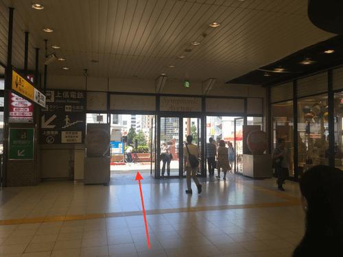 高崎駅西口の改札を出て頂き、右側に進んで下さい。