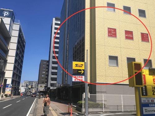 進んで頂くと 右手に黄色のビルが見えてきます。 こちらの4階が「高崎駅西口ラウンジ」です。 エレベーターで上がって下さい。  お疲れ様でした♪ それでは、パーティー楽しんで下さい♪