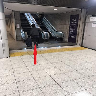 東口改札(東京オペラシティ側)を出て直進。 エスカレーターを上がります。