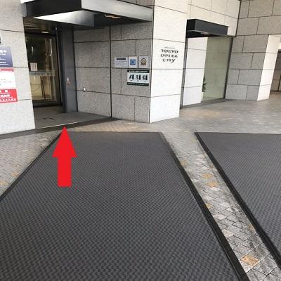 回転扉からビルへ入ります。