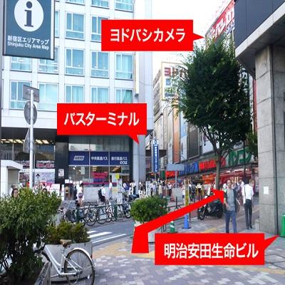 「8番出口」から地上に出ると、前方に{red}「高速バスターミナル」{/red}、右斜め前方に{red}「ヨドバシカメラ」{/red}が見えます。