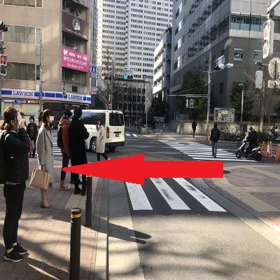 交差点は{red}「渡らずに」{/red}角を左に曲がって直進。