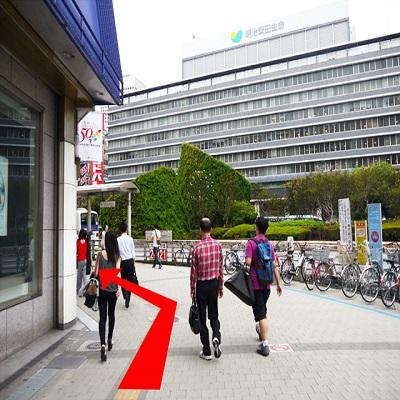 {red}「京王百貨店」に沿って進んで{/red}ください。 50mほど直進したら、{red}1つ目の横断歩道を渡り{/red}ます。