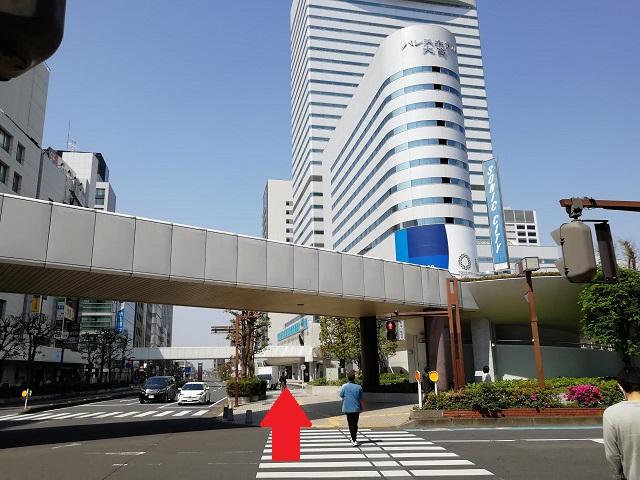 直進していただくと、目の前にソニックシティビルやパレスホテルが見えてまいりますので、{red}パレスホテルを通り過ぎるように{/red}さらに直進してください。