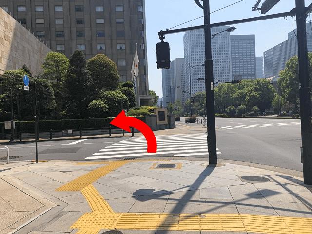 地上に出て、目の前にある横断歩道を{red}左{/red}に曲がります。