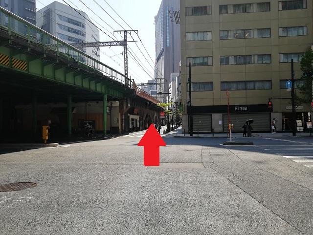 突き当り交差点があるので、{red}矢印の通り{/red}を真っすぐ歩きます。