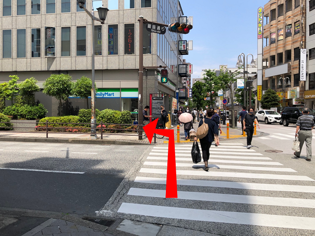 突き当たりの横断歩道を渡り、{red}ファミリーマート{/red}の手前で{red}左折{/red}します。