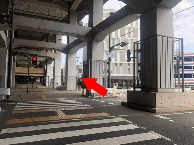 【南駅前町北】の信号を横断歩道で渡り、まっすぐお進み下さい。