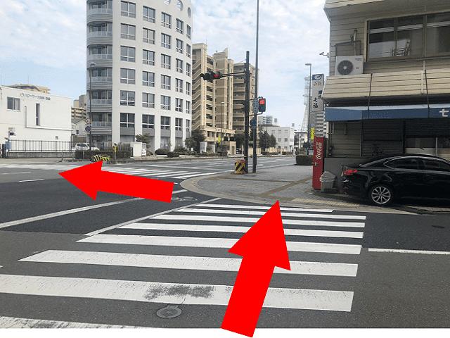 信号を横断歩道を使って渡ります。