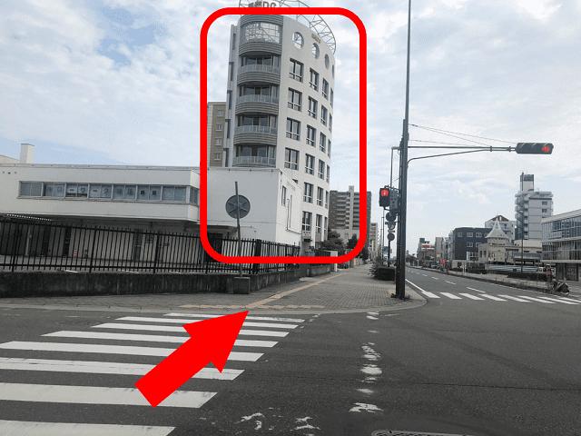 横断歩道を渡っていただきますと、見えてくる楕円形のビルの5階が会場でございます。