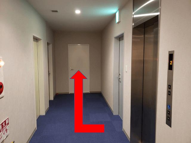 エレベーターを出て右手に会場がございます。
