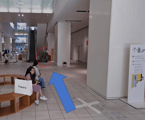 ビル入り口正面のエスカレーターを下ります。