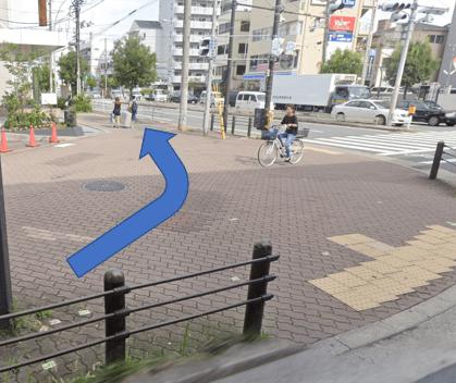 交差点が見えましたら、交差点を渡らず左折し、10m直進します。