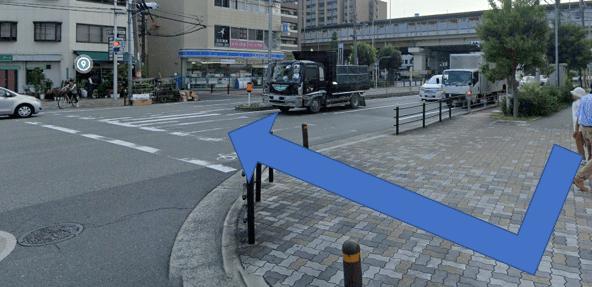 交差点を渡っていただき、10m直進します。