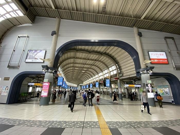 JR 品川駅 港南口から外に出ていただき、エスカレーターを降りて下さい。