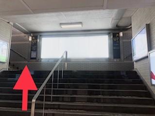 ツヴァイの看板が見えてきます。 左側の階段を上り、地上に出てください。