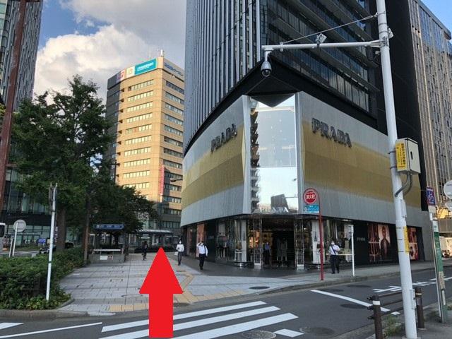 1階に「PRADA」の入ったビルを右手にして そのまま真っ直ぐお進みください。