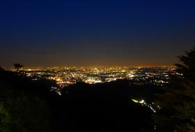 男女で上る高尾山夜景
