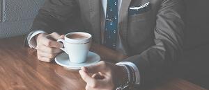 コーヒーを飲むハイステ男性
