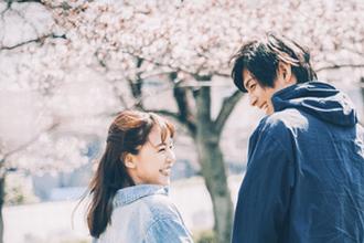 桜の下の男女