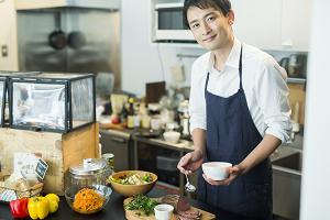 料理をしている男性のイメージ