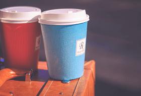 コーヒーで乾杯の図