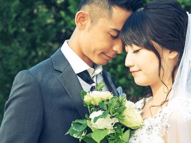 目をつむる結婚式