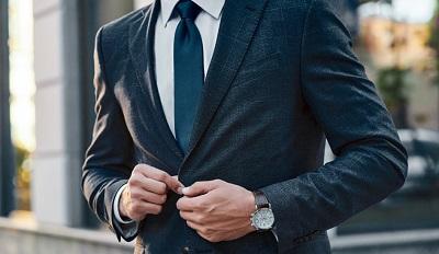 スーツ着用の男性