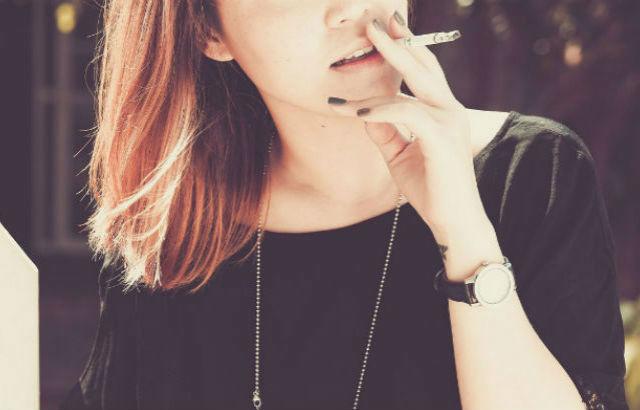 タバコを吸う人は婚活でモテないってホント?