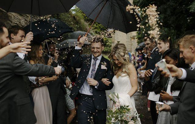 結婚式では婚活パーティーでの出会いをなんて言う?