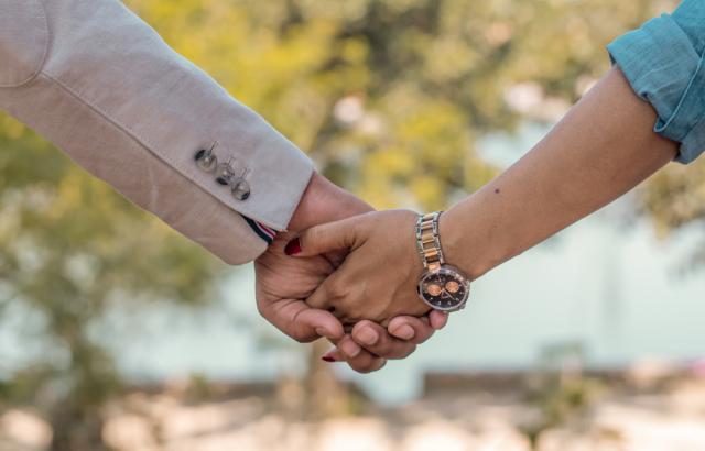付き合う前に女性から手を繋ぐのはあり?