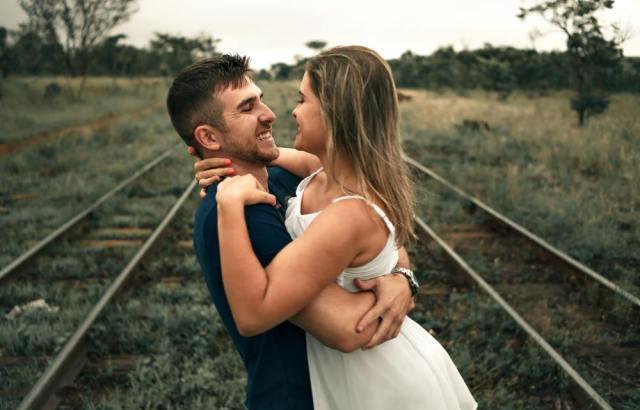 男性が女性を抱きしめたいと思う時の心理とは?