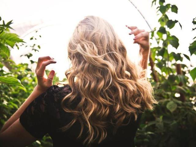 男性との会話中に女性が髪をかき上げるときのポイント