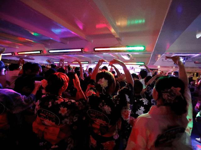 船内はお祭りのようににぎやか!