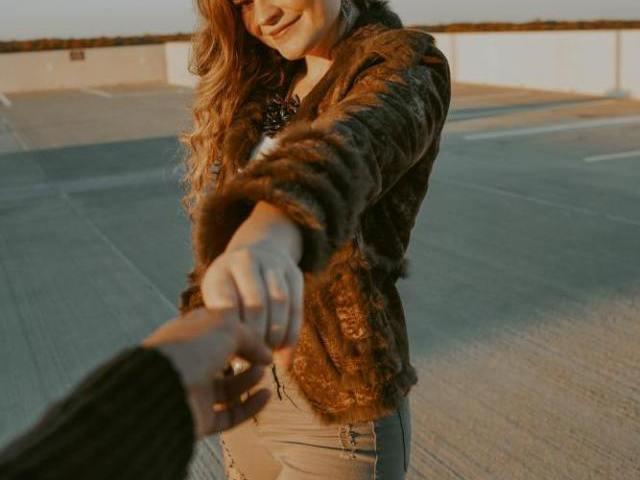 付き合う前に手を繋ぐ女性の心理とは
